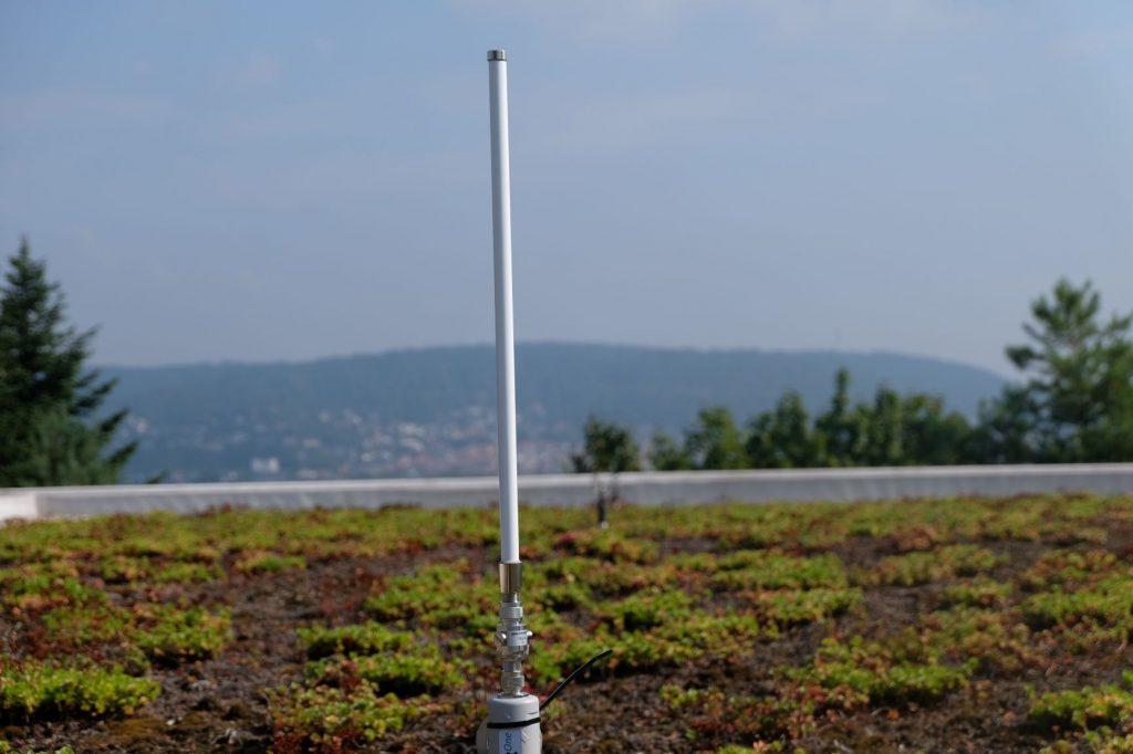Wie funktioniert die CO2-Ampel? Mit einem LoRaWAN Gateway Antenne auf dem Dach!